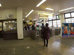 福島から23分で終点の飯坂温泉へ。  どこか昭和臭がする駅。自動改札は無く、駅員さんが集札。
