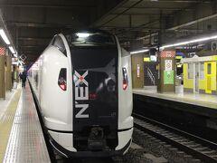 2月23日土曜、大宮駅を朝6時過ぎのJRの成田エキスプレスで出発します。  京成スカイライナーの方が値段は安くて速いですが、大宮から直通なので初めて乗ってみました。 ところが、いつも遅延する埼京線、今日も信号故障とかで1時間も成田到着が遅れてしまいました。  成田に3時間前に到着予定だったので私は事なきを得ましたが、外国人の人たちはパニックになっていました。  何かトラブルがあると成田は東京から遠いなあ、と思いました。