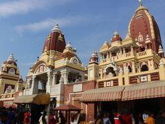 さて、翌24日・日曜日。  まずはインドの首都デリーの観光から。   デリーは人口約1700万の巨大都市。  デリー首都圏は約2500万人で世界第三位の都市圏を持ち、インドの政治、経済の中心都市。    古くから歴代王朝により首都となった時期もありましたが、特に16世紀後半からのムガール帝国の首都なってから発展してきました。   さて、ガイドのオムさんがホテルに車でやってきて、途中もう1人、デリー観光の40歳の男性の方と合流してデリー観光に出発。  この方は貿易会社の人でムンバイに3か月前に単身赴任で来ているとのこと。  今日は月曜からデリーで仕事があるので、出張にひっかけてデリー観光とか。   まずは、デリーで有数のヒンズー教寺院、ラクシュミーナーラーヤン寺院へ。
