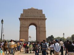 次はどでかいインド門へ。   第一印象はフランス・パリの凱旋門ですが、あちらはナポレオンが勝利の記念碑として造ったのに対して、こちらは第一次世界大戦でイギリス軍として戦争に参加し戦死した人の慰霊碑です。   イギリスは第一次世界大戦で苦戦すると、「勝利すればインドの独立を認める」と約束したため多くのインド人が戦争に参加しました。  大戦後イギリスは約束を守らず、そのためガンジーなどのインド独立運動が始まりました。  門には戦死した8万5千人の兵士の名前が刻まれています。