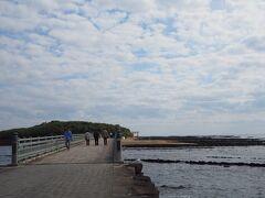10時頃に青島に着きました。 駐車場は何ヶ所かありましたが、ざっと見た感じどこも500円/1日 (回) でした。 お土産屋さんが並ぶ参道っぽい道を歩いていくと橋とその先に青島が見えてきます。