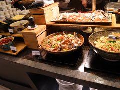 この旅行の楽しみの一つであった、朝のビュッフェ! サラダから始まり、和食から洋食まで見た目にも鮮やか、食欲をそそられるものばかり! 照明や見せ方も上手で、どれも美味しそう。