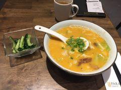 Le Shrimp Ramen ここはパラゴンの地下です。簡単なレストランがあったので食べます。海老のスープです。これに豚の角煮が入っているのですが。これがとっても美味しい!塩分は多めなので、スープは残しました。ラーメン13ドル+ドリンクサラダセット3ドル