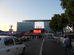 3月2日(土)、雲南省旅行の最終日の朝です。 鉄道の昆明駅をまだ見ていないことに気が付きましたので 二人で出かけます。 駅の上には楕円形の大きな円盤が乗っかっています。 シンガポールのマリーナベイサンズのホテルの上にある構造物 と同じように見えました。