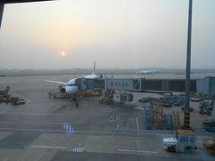 青島空港の待合席から夕日が見えました。 雲南省旅行での最後の夕日です。 「さようなら中国の夕日、また会えますように。」 席で待っている乗客は少ないようです。 A320の機内は一割位の乗客しかいませんでした。 中国東方航空はCAさんは若い女性が多くきれいでした。 行きの中国南方航空は若い男性が多かったです。 行き帰りとも座席のモニターはありませんでした。 それではみなさん再見!