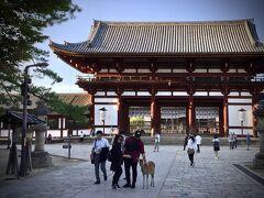 【東大寺盧舎那仏像(とうだいじるしゃなぶつぞう)、奈良の大仏様】  おおお......40年ぶりの東大寺.......良く覚えていないけど.......  ※ 俺の人生、ここ東大寺が40年に一度なら......多分、次はこの世にいないかな.........
