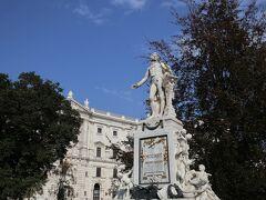 こちらはモーツァルト像。王宮の一画に王族達と同じように銅像が建てられているなんて、さすがはオーストリアを代表する作曲家ですね。