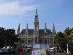 トラムに乗ってやってきたのはウィーン市庁舎。