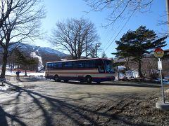 シャトルバスで岳温泉へ(400円)。チケットはスキー場のリフト券売り場で購入しました。