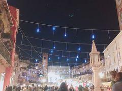 広場にはクリスマスイルミネーションが。 クリスマスマーケットも出ていて ステキな広場です