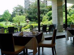 レストラン「ル・キャトル」へ。 新緑が鮮やかなお庭に面しています。  食事中、庭園で結婚式の前撮り撮影中の カップルの姿が垣間見られました。