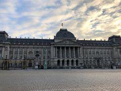 17:00  「王宮」に日が沈む頃にブリュッセル中心部に到着。 写真におさまりきらないほどの大きさにびっくり!  この時間なのに、気温はさほど下がっていない。 とうとうダウンなしでバスから降りた。