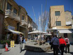 南キプロスに入るとまず目に入るモニュメント。