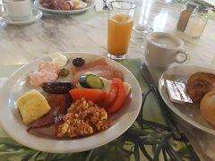 【2日目、日曜日】  この日はゆっくりめに起きて、ホテルで朝食。豚さんのハムがある上に、クロアッサンもサクサクで美味しかったです。 トルコ料理のメネメン(トマトと卵を混ぜたもの)のような料理もありました。  ここでもおしゃべりに花が咲いて、朝食終了時間の10時に追い出されました笑。それでは、でかけましょう。