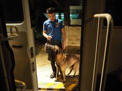 空港から15分くらいで  シャングリラ到着~!!  毎回お馴染みの麻薬探知犬が  お出迎え~!!