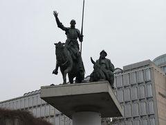 スペイン広場にドン・キホーテとサンチョ・パンサの像と作曲家バルトークの像