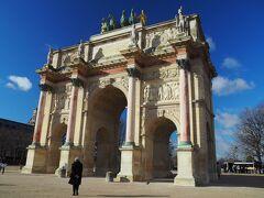 ルーヴルのそばに有るカルーゼル凱旋門。さっきまで降っていた雨も止んで青空になってよかった。