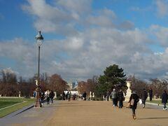 チュイルリー公園をコンコルド広場に向かって歩きます。