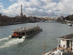 広場南側のコンコルド橋でセーヌ川を渡ります。エッフェル塔が見える。