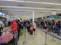 ブエノスアイレスのエセイサ国際空港(EZE)から国内線に乗ります。  アルゼンチン航空は、スーツケースの重さ15kgまでは無料ですが、これを超えると23kgまで650ペソ(16ドル)かかります。重量オーバーだと搭乗券が回収されてしまい、超過料金を払うと新しい搭乗券をプリントしてくれました。