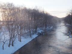 ガイドさんオススメの釧路川(美留和橋)へ。 川の水温と気温の差で、『けあらし』が発生していました。 この水蒸気が周りの木々に纏わりつき、霧氷となります。