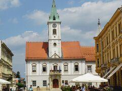 旧市街の中心であるドミスラヴ王広場では毎日マーケットが開かれる。広場の北側には1523年創建の町のシンボルの市庁舎が建つ。