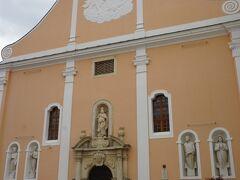 17世紀にイエズス会のよって建てられた初期バロック様式のヴァラジュディン大聖堂。ファサードは特徴的な薄いピンク。