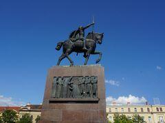 ザグレブ中央駅の前に立つクロアチアの初代国王のトミスラヴの騎馬像。この像の周辺がトミスラヴ王広場。