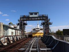 列車の時間まで、青森駅の周辺を散策です。 かつて活躍していた青函連絡船、八甲田丸。青森駅から八甲田丸に向かっての線路が、一部残っています。