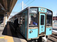 青い森鉄道、八戸駅行きに乗車。青いカラーの列車です。