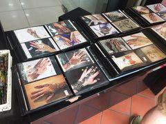 リトルインディアに着きました。 商店街ではヘナのアート