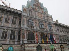回り込むと「市庁舎」の正面。  現在は、足場カバーがかかっている状態。 ヨーロッパの建築物の大規模修繕でよく見かけるが、景観を崩さず現場をカムフラージュしている足場カバー。 観光客にとってはイメージがわくありがたい配慮だね♪  「市庁舎」は「フランダースの犬」で、ネロが応募した絵画コンクールの発表が行われた場所。 残念ながらネロは落選、そして悲しい結末に・・・