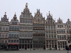 マルクト広場は「市庁舎」の他に様々なギルドハウスに囲まれている。 中世からの繁栄の証。