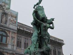「ブラボーの像」  アントワープの彫刻家ジェフ・ランボーの作品で、マルクト広場の「市庁舎」前にある。  シュヘルデ川で乱暴をはたらく巨人を青年ブラボーが退治して、その手を切り取って川に投げ込んだという伝説を表している。   オランダ語で「手(ant)を投げる(werpen)」という言葉が転じてAntwerpen(アントワープ)となったと言われている。
