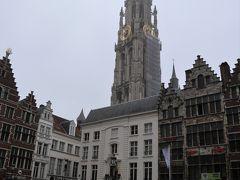 123メートルの高さの塔は、ベネルクス(ベルギー・オランダ・ルクセンブルク)で最大! 1999年に「ベルギーとフランスの鐘楼群」として世界遺産に登録。  本当に高くて、近くからでは写真におさまりきらない。