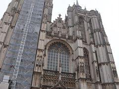 さてさて、大聖堂に入りましょう!  ブルージュやゲントには、鐘楼として独立した建物がある。 ブリュッセルやアントワープには、鐘楼として独立した建物はない。 なぜか?