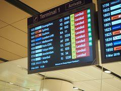 入国審査が結構混んでいて30分くらいかかりました。 JALはターミナル1に到着しますが、市内へ行くMRT(電車)はターミナル2と3の間にあるのでスーツケースを引っ張って移動します。