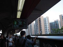 一旦2駅目のTanah Merahタナ・メラ駅で乗り換えます。 MRTは路線が色別になっているし、行き先の終点駅が表示されているので分かりやすかったです。