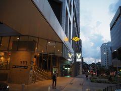 徒歩3分くらいで駅入口へ到着。黄色いSのマークが駅の目印です。