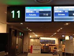 友達との合流は福岡空港なので、3時半起きして7時の飛行機に乗ります。 今は搭乗券もスマホでタッチアンドゴーだし、国内線なら荷物チェックも厳しくないし簡単ですね。 6時に着いても6時半の飛行機にも乗れちゃいそう。 友達には今回ドライバー役をやってもらうので、ちょっとした東京土産もここでゲット。