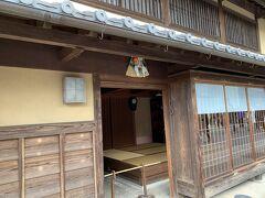 「猿田彦神社」を参拝した後、おはらい町を散策します。 厄除けのため伊勢周辺では、365日しめ縄を飾る風習があるそうです。