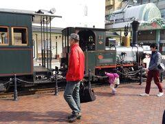 路面電車で道後温泉までやってきたら 先程走り去った坊ちゃん列車が休憩してました