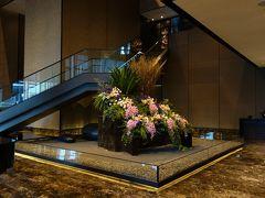 宿泊するホテルは、マダムたちの定宿、オークラ プレステージです。フロントは24階。朝早くてチェックインはまだできず、前日到着したマダムたちは朝食ビュッフェへ。自分たちはどこで何をしようかな。