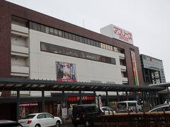1時間で弘前駅に到着です。雨が降ってきました。 意外と閑散としています。 古い町は中心部が駅前から離れているから?  どこから周ろうかな?