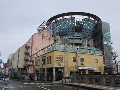さぁ次は土手町にある中三弘前店です。 とてもユニークな建物は縄文土器をイメージして 風水にこだわったそう。  どう見ても百貨店には見えません。