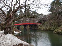 せっかくなので青森に行く電車を1本遅らせて 近くの弘前公園へ行きましょう。  桜には1カ月早いですが。。。