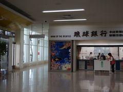 空港について お昼ごはん  JAL側の琉球銀行の横の通路をすすみます