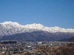 チェックアウト後は、以前桜を見に訪れたことのある山岳博物館に雪を頂くアルプスを眺めに行きました。