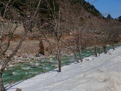 そして、黒部に向かう道から脇道に入り、大町ダム方面へ。 葛温泉は、大町ダムを過ぎて、七倉ダムの手前にある高瀬川沿いの温泉です。 宿の前の高瀬川。まだ残雪があります。