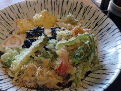 小松へと移動して、  『小松うどん道場 つるっと』 麺が艶やかで春天麩羅も乗っているではないか。